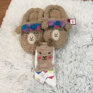 🎈. SO Llama slippers size med and socks fit 9-11